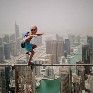Cayan Infinity tower Alain Robert Spiderman walk on wire marche sur une barre de fer a 306 metres de hauteur