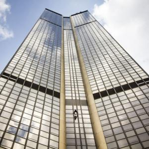 Tour Montparnasse tower climb Alain Robert Spiderman escalade grimpeur