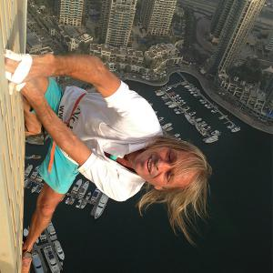 French Spiderman Alain Robert urban climber escalade tour a Dubai UAE